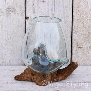 Glazen druppelvaas op hout (b)
