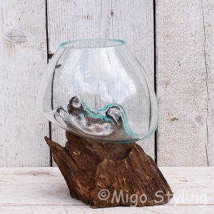 Glazen druppelvaas op hout (o)