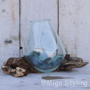 Glazen druppelvaas op hout (d)