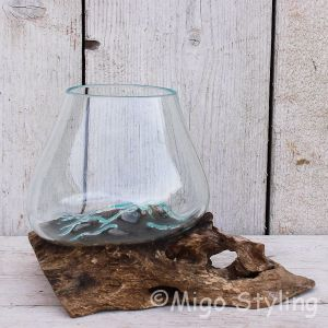 Mini glazen druppelvaas op hout (d)