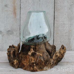 Glazen druppelvaas op hout (f)