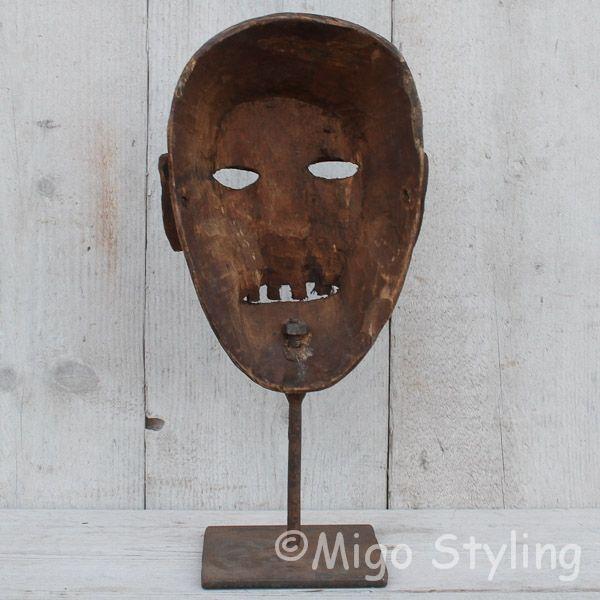 Houten masker op standaard bruin