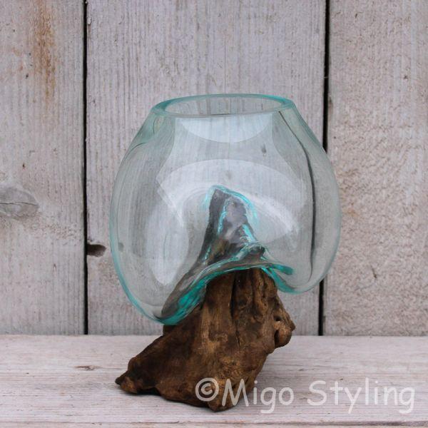 Mini glazen druppelvaas op hout