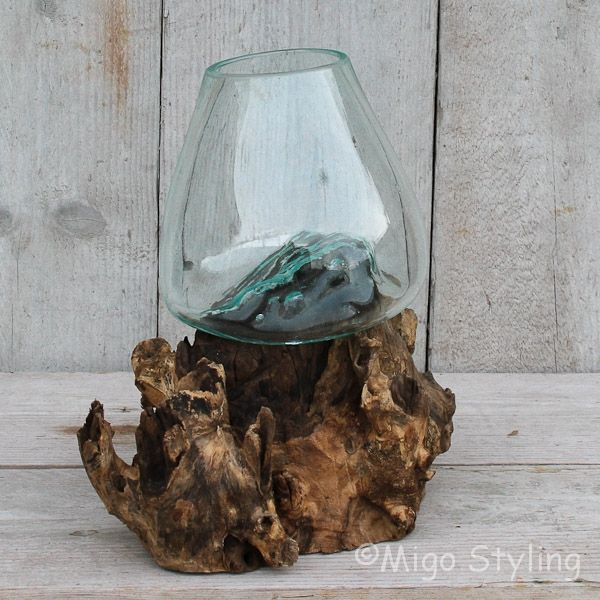 Glazen druppelvaas op hout